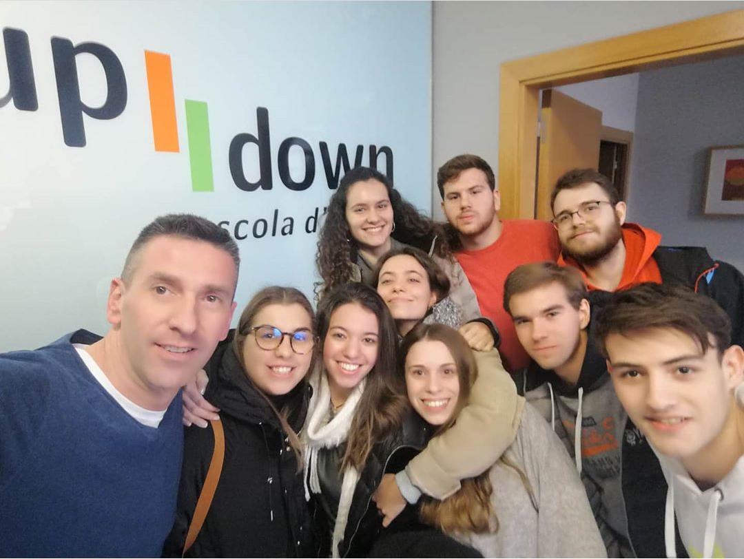 Grup adolescents estudiant anglès a Up Down Manresa