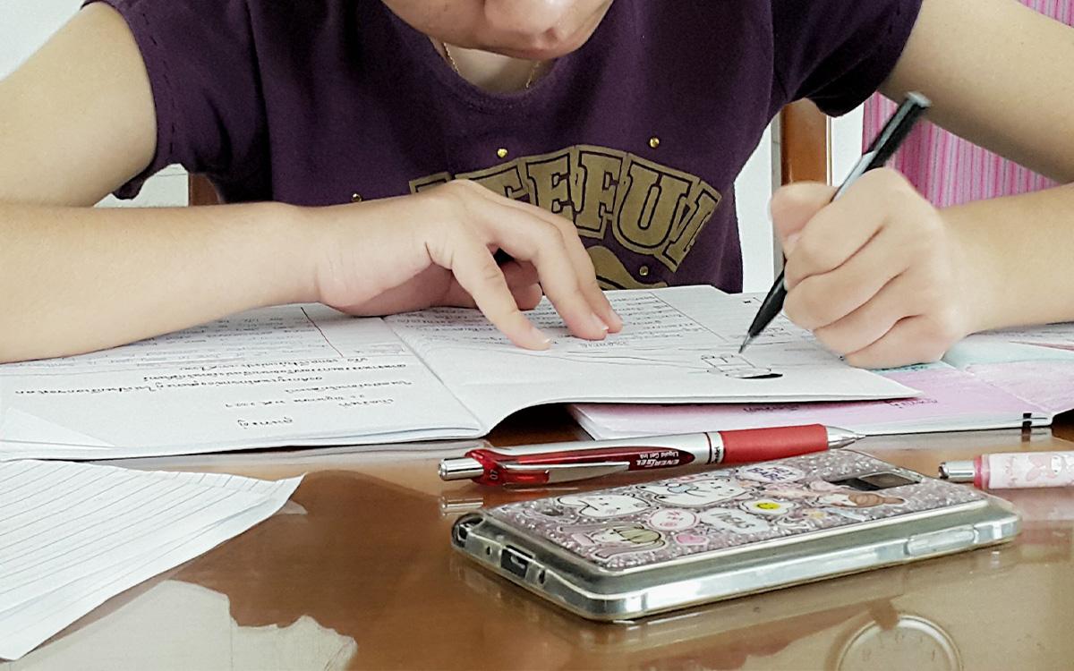 Classes d'anglès alumne treballant